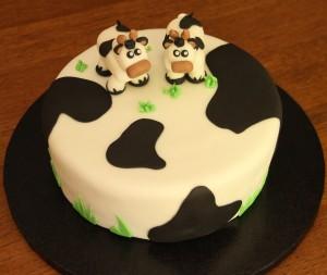 Torta de vainilla con dulce de leche, decorada con Fondant